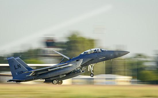 Истребитель-бомбардировщикВВС США F-15E Strike Eagle на авиабазеИнджирлик в Турции. Отсюда американцы совершают боевые вылеты в Ирак и Сирию
