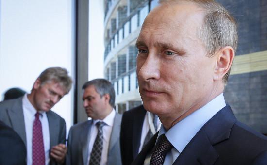 На втором плане: пресс-секретарь президента Дмитрий Песков (слева) и первый заместитель руководителя администрации президента Вячеслав Володин.