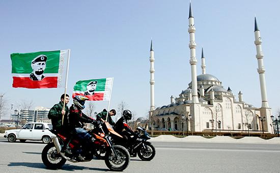 Члены патриотического клуба «Рамзан» принимают участие вакции вподдержку главы Чеченской Республики Рамзана Кадырова вГрозном. 2012 год