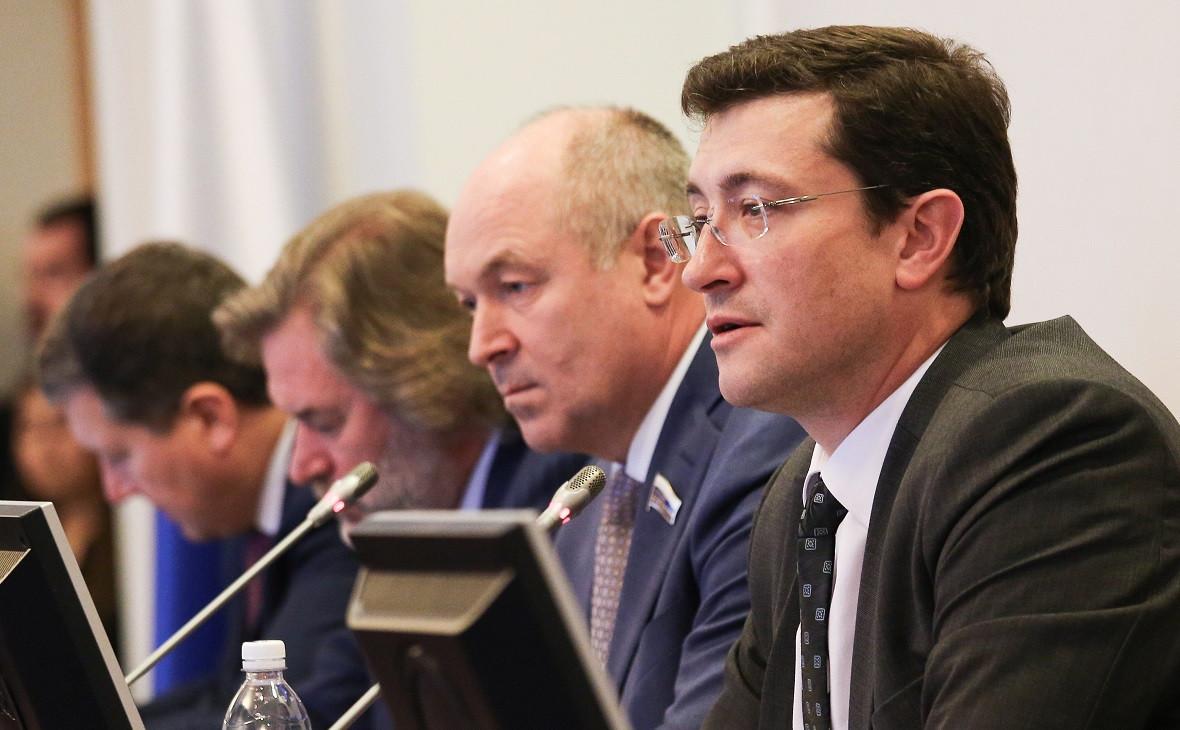 Глеб Никитин (справа)