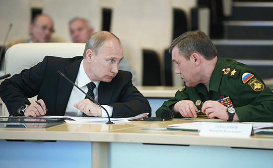 Президент России Владимир Путин иначальник Генштаба Вооруженных силРФ, генерал армии Валерий Герасимов. 2014 год