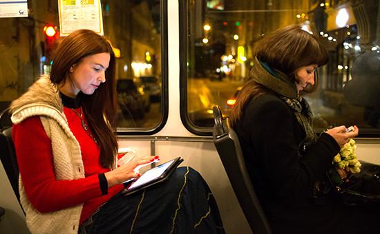 Пассажиры с гаджетами в общественном транспорте