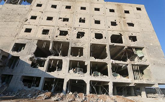 Разрушенное бомбардировкой здание фабрики вгороде Саракиб, провинция Идлиб, Сирия. 1 декабря 2015 года