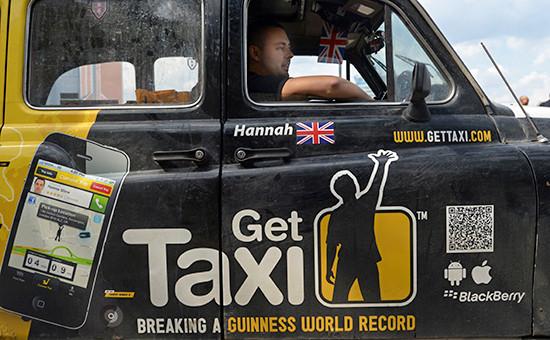 Реклама Get Taxi на участнике кругосветного автопробега из Лондона «Такси вокруг света»