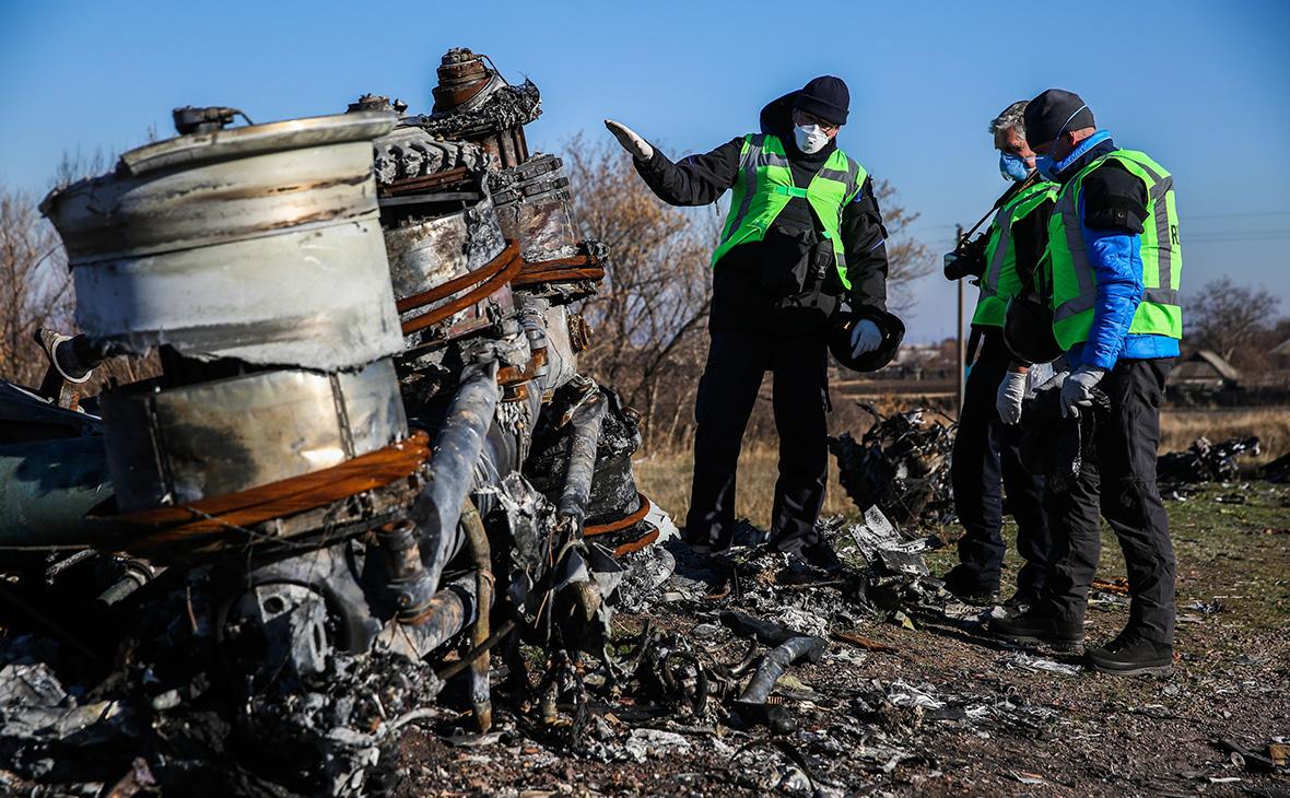 Следователи из Нидерландов во время осмотра обломков Boeing 777. Ноябрь 2014 года