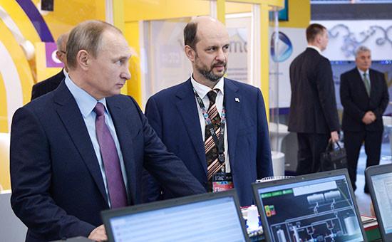 Президент России Владимир Путин ипредседатель совета Института развития интернета Герман Клименко (слева направо) напервом российском форуме «Интернет-экономика» вЦентре международной торговли