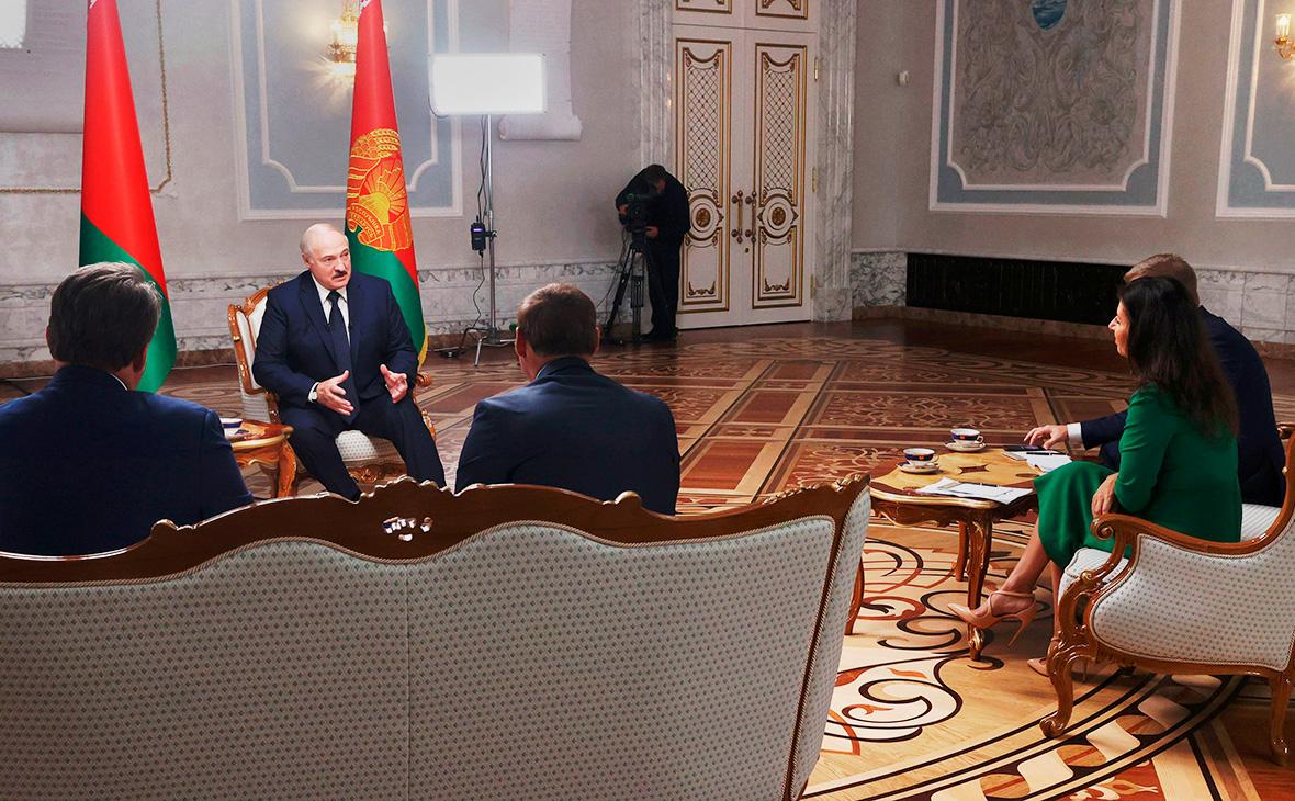 Александр Лукашенко во время интервью российским журналистам во Дворце независимости в Минске