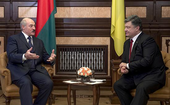 Президент Белоруссии Александр Лукашенко (слева) и президент Украины Петр Порошенко в Киеве