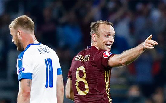 Денис Глушаков (справа) послезабитого гола. 15 июня 2015 года