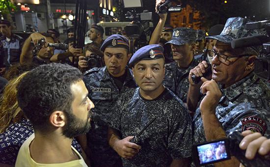 Протестующие разговаривают с сотрудниками полиции во время ночного митинга в поддержкугруппировки «Сасна Црер», 31 июля 2016 года