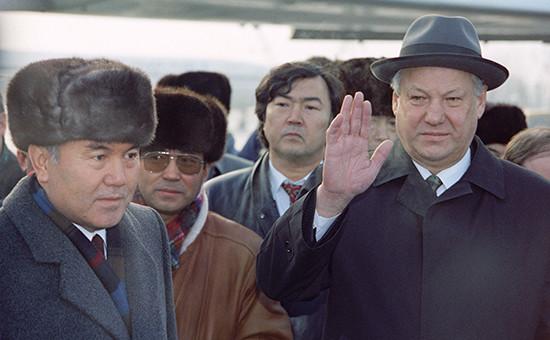 Президент России Борис Ельцин (справа) и президент Казахстана Нурсултан Назарбаев в аэропорту Алма-Аты. Декабрь 1991 года