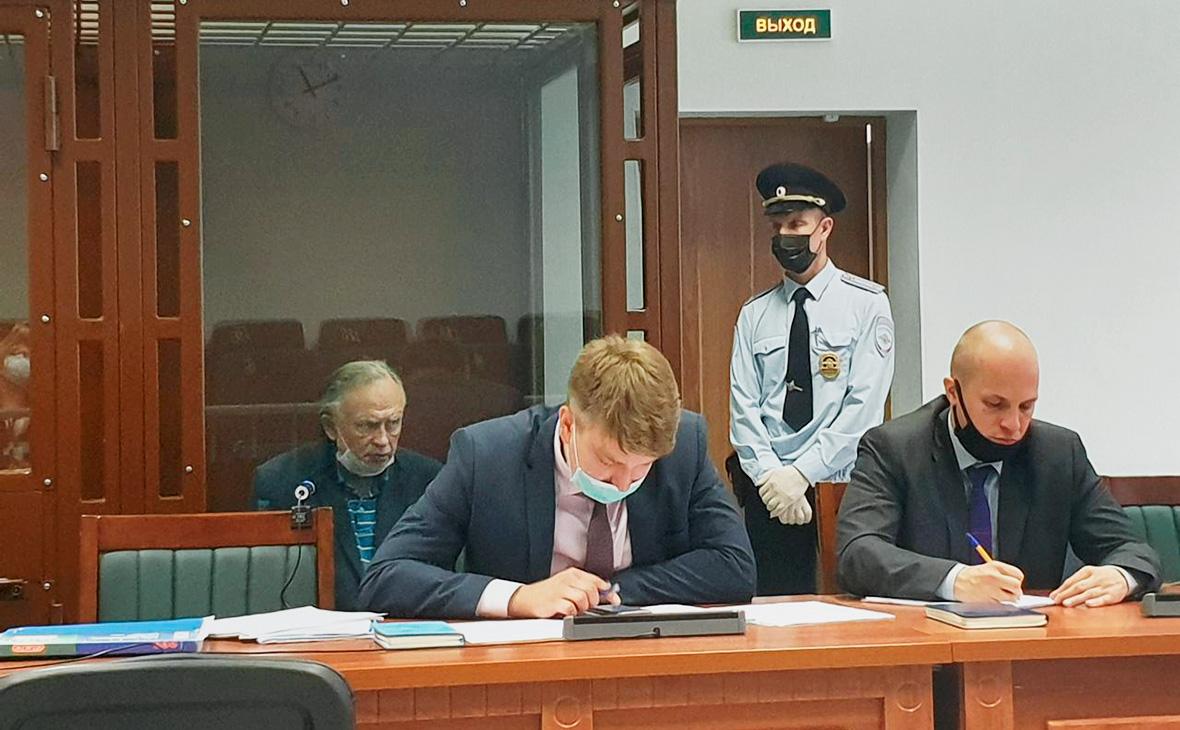 Олег Соколов (слева) на заседании Октябрьского районного суда, Санкт-Петербург