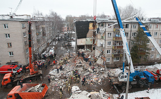 Спасательные работы наместе обрушения подъезда жилого дома вЯрославле врезультатевзрыва бытового газа