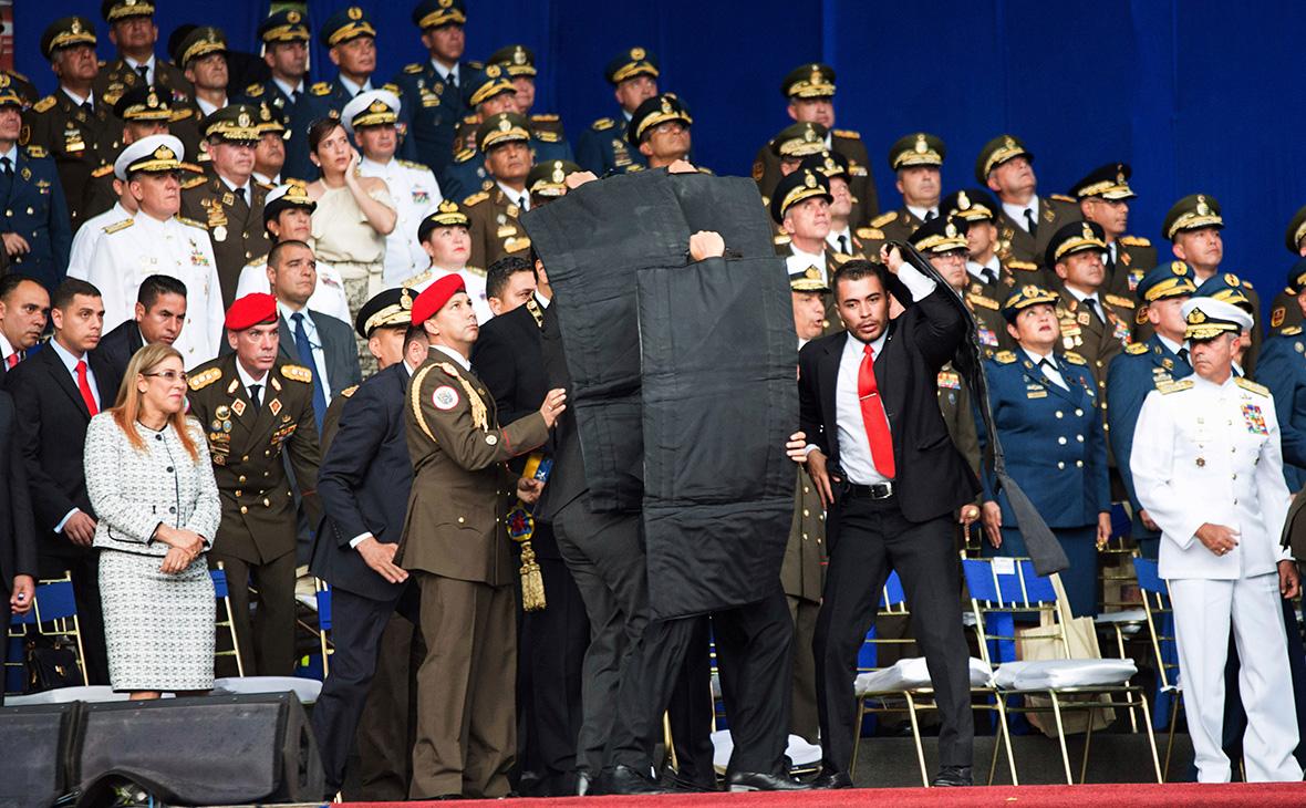 Охрана защищает Николаса Мадуро во время церемонии