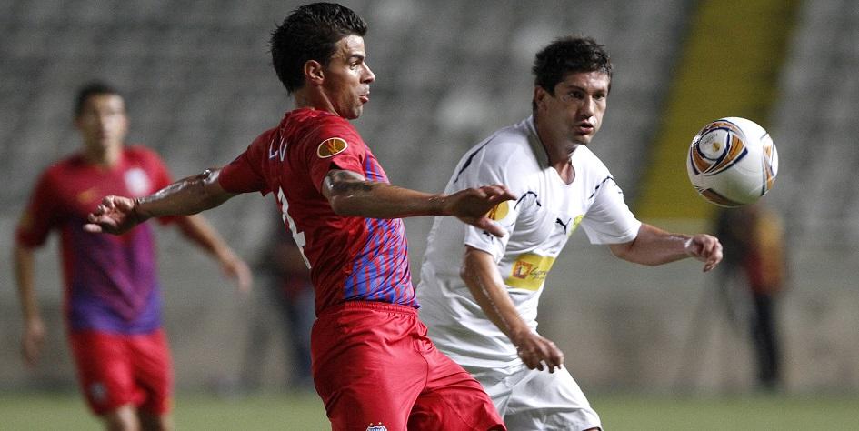Милян Мрдакович (справа) матче за кипрский АЕК против румынского «Стяуа» в Лиге Европы