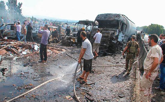 Военные и гражданские осматривают место взрыва.5 сентября 2016 года