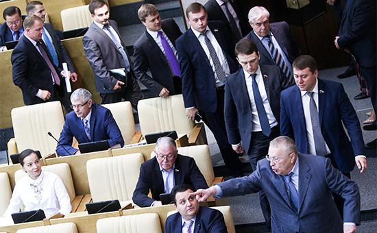 Лидер ЛДПР Владимир Жириновский (справа на первом плане) и фракция ЛДПР покидают зал заседаний Государственной думы РФ
