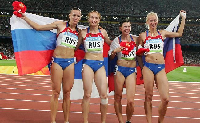 Российские легкоатлетки Юлия Чермошанская, Александра Федорива, Евгения Полякова, Юлия Гущина (слева направо) завоевали золото в эстафете 4х100 м на Олимпиаде-2008 в Пекине