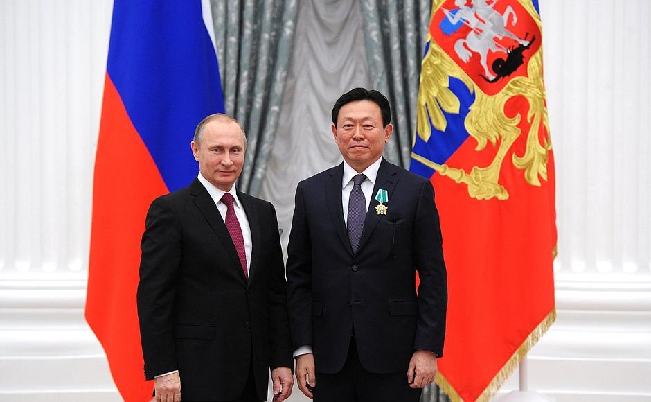 Президент РФ В.Путин ипредседатель правления Группы компаний Lotte Шин ДонгБин на церемонии вручения государственных наград РФ.