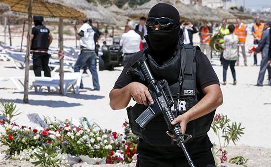 Тунисскаяполиция на пляже в городе Сус