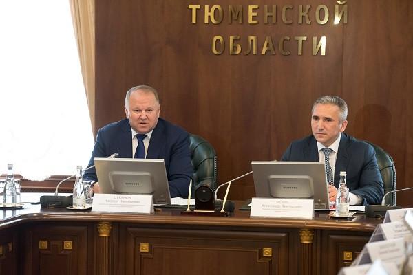 Полпредпрезидента РФ в УрФО Николай Цуканов(слева) иврио губернатора региона АлександрМоор