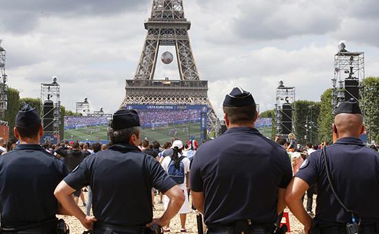 Полиция околофан-зоны у Эйфелевой башни вПариже