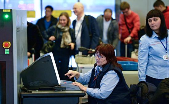 Контроль безопасности на входе в аэропорт Шереметьево
