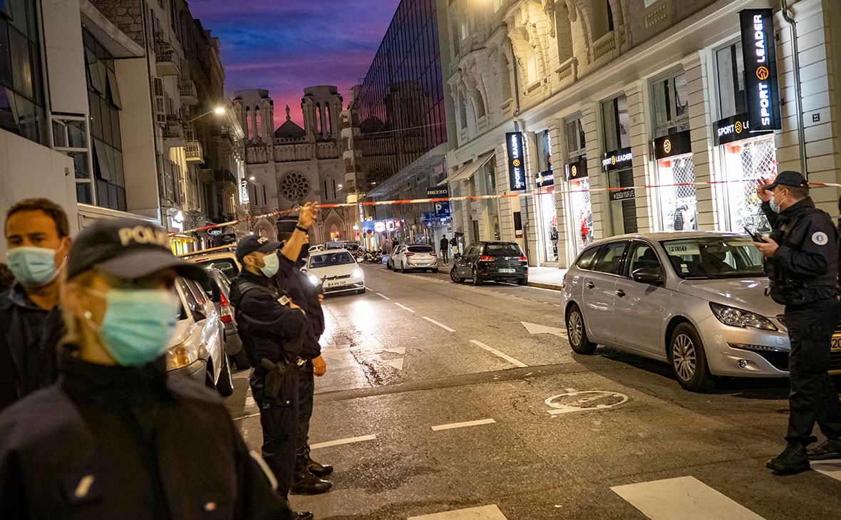 Полицейский патруль ночью перед базиликой Нотр-Дам