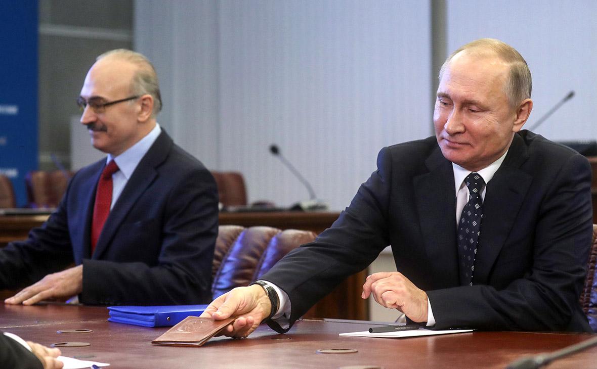 Владимир Путин во время подачи документов для регистрации кандидатом на пост президента РФ