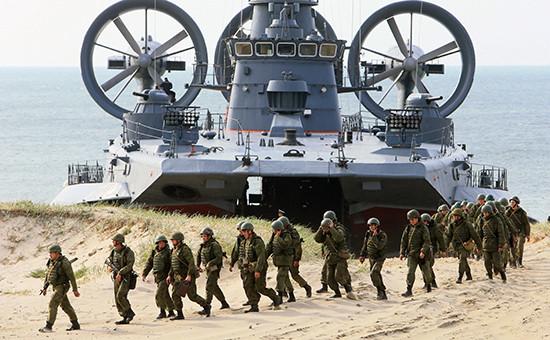 Малый десантный корабль навоздушной подушке (МДКВП) «Мордовия» ивоеннослужащие береговых войск наполигоне Балтийского флота врамках совместного российско-белорусского оперативного учения «Щит Союза— 2015» вКалининградской области.