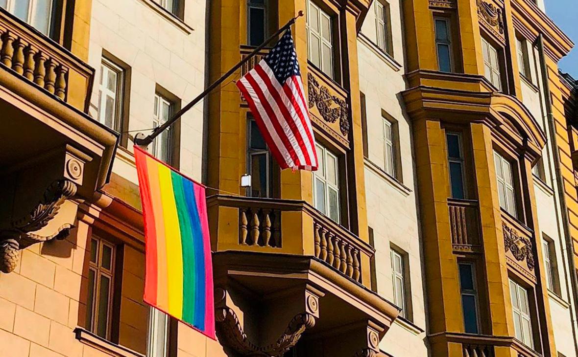 Американское и британское посольства в РФ вывесили ЛГБТ-флаг