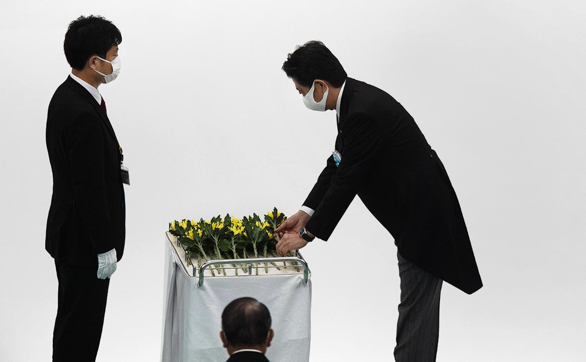 Синдзо Абэ(справа)