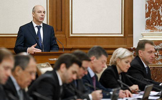Министр финансов РФ Антон Силуанов (на втором плане) выступает назаседании вДоме правительства РФ