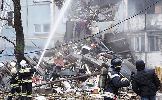 Тушение пожара наместе взрыва бытового газа вжилом многоквартирном доме поулице Космонавтов вВолгограде