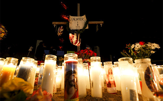 Свечи и цветы в память о жертвах массового убийства вСан-Бернардино