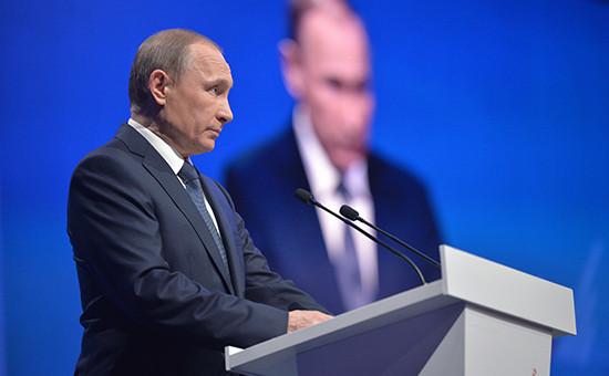 Президент России Владимир Путин выступает напленарном заседании межрегионального форума Общероссийского народного фронта (ОНФ)