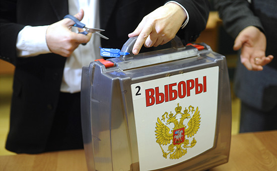Сотрудники избиркома во время подсчета голосов на выборах в единый день голосования, 2015 г.
