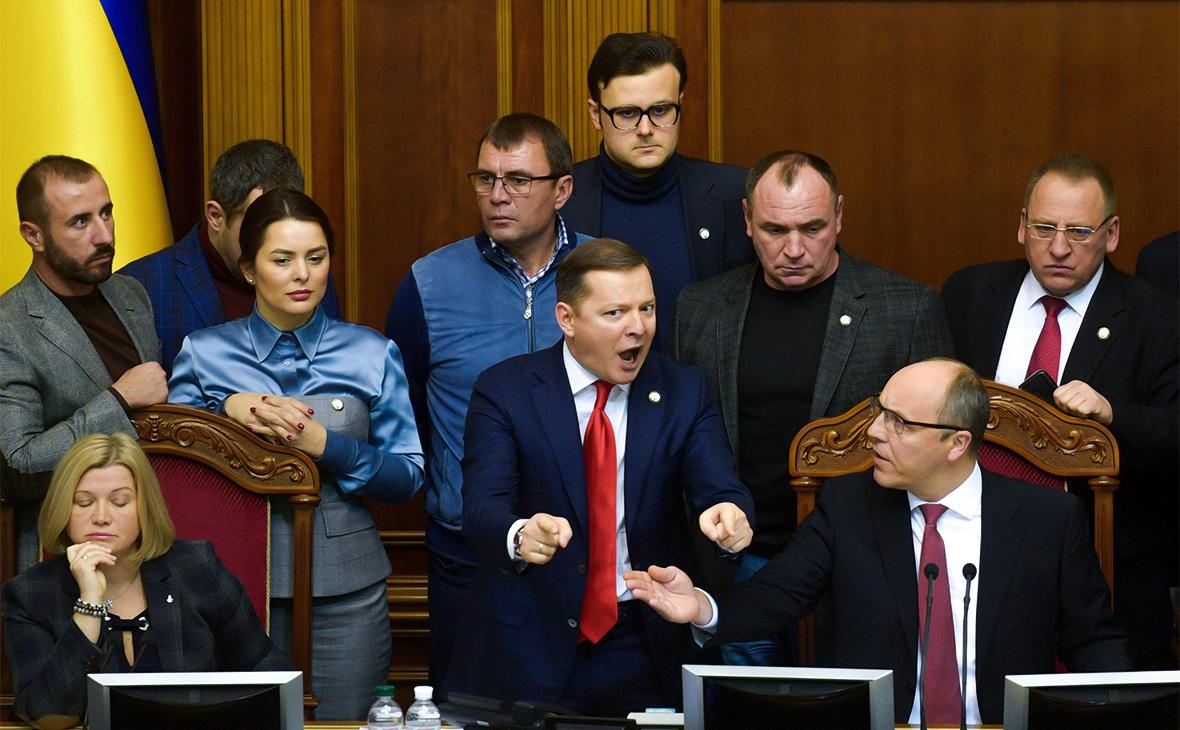 Валерия Заружко (вторая слева), Олег Ляшко (в центре), Андрей Парубий (справа на первом плане) на внеочередном заседании Верховной рады