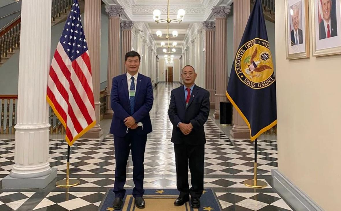 Лобсанг Сангай (слева)