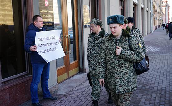 Одиночный пикет стребованием провести расследование нападения на журналистов иправозащитников