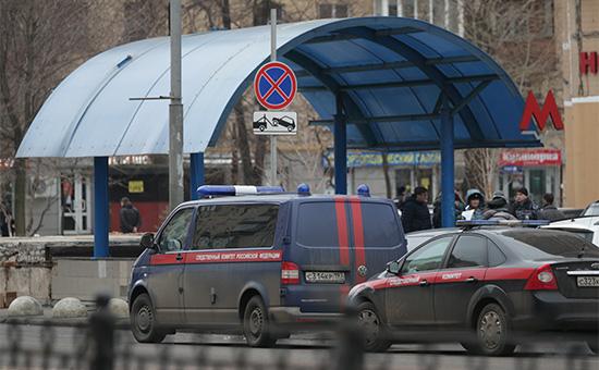 Сотрудники полиции иСледственного комитета РФ наместе задержания няни,у входа вметро «Октябрьское Поле»