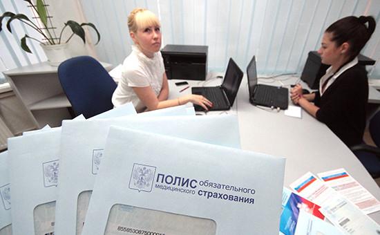 Сотрудницы страховой службы вовремя выдачи полисов обязательного медицинского страхования (ОМС)