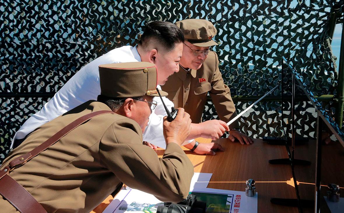 Ким Чен Ын (в центре) во время демонстрации нового ракетного двигателя. 20 сентября 2016 года