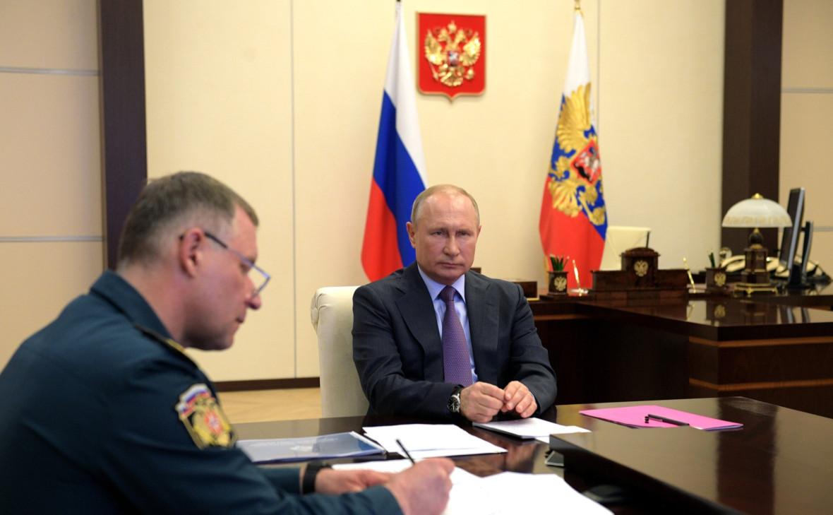 Владимир Путин c главой МЧС Евгением Зиничевым в ходе совещания о ситуации с паводками и пожарами