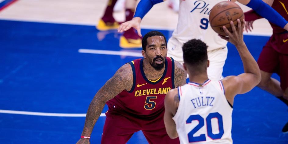 Джей Ар Сми (слева) в матче регулярного чемпионата НБА против «Филадельфия Сиксерс»