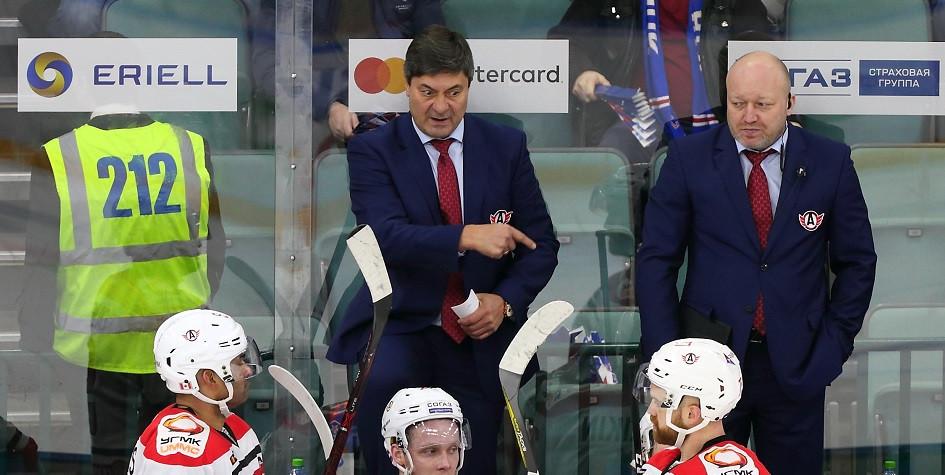 Хоккейный тренерАндрей Мартемьянов (по центру)