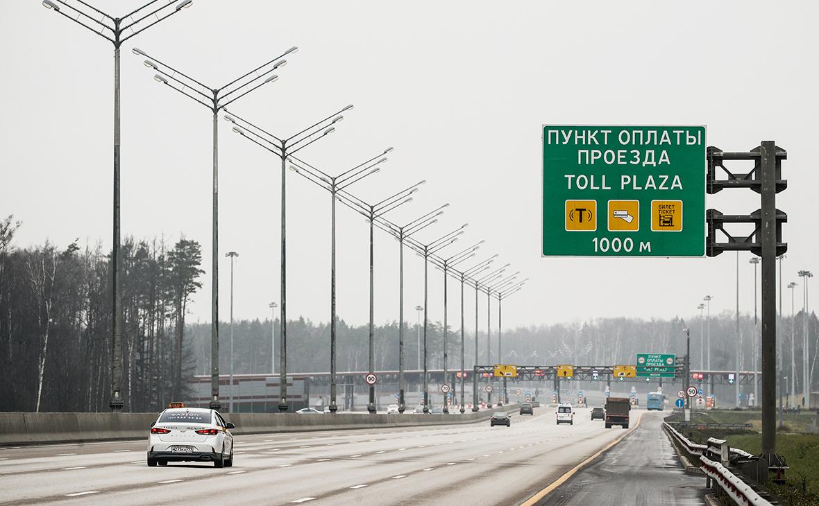 Автомобили у пункта оплаты проезда на участке автомобильной трассы М-11