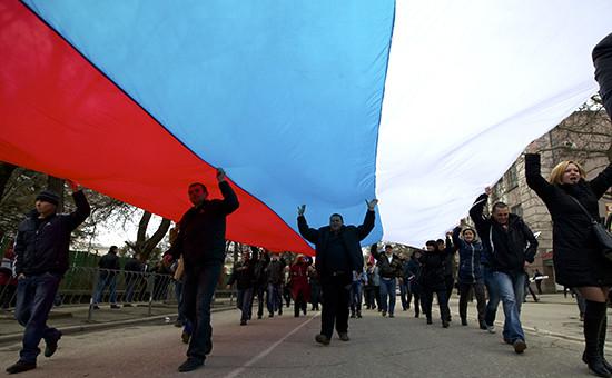 Жители Симферополя с Российским флагом, фото 2014г.