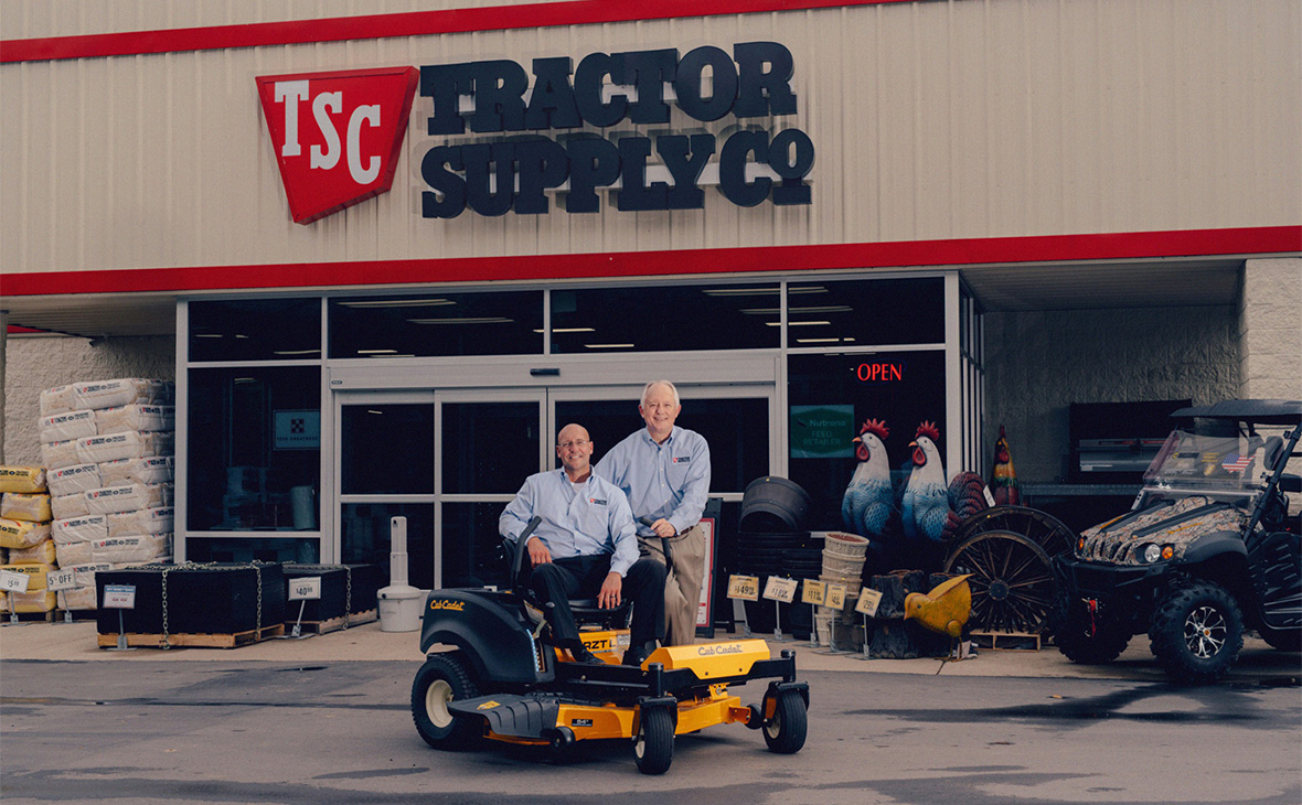 Президент Tractor Supply Стив Барбарик и генеральный директор компании Грегори Сэндфорт (cлева направо)