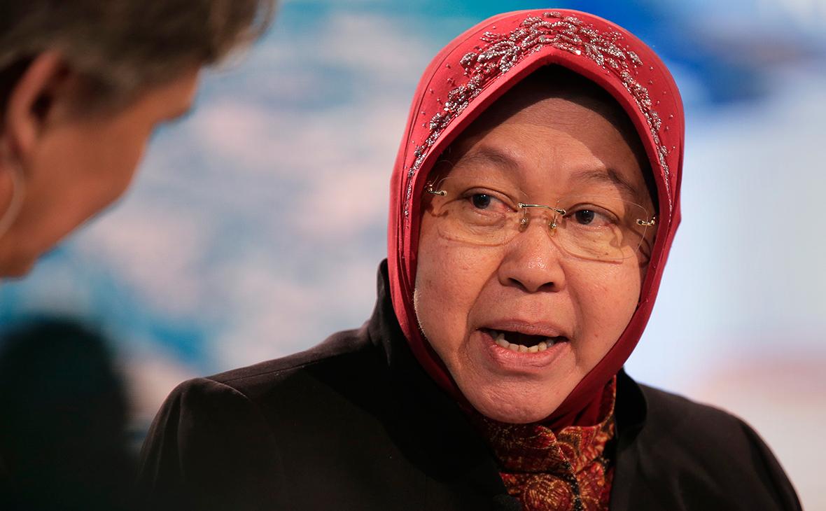 Мэр в Индонезии упала на колени перед врачами из-за ситуации с вирусом [В Мире]